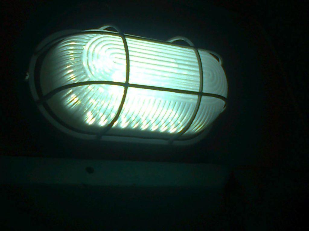 Антивандальный светильник в подъезде