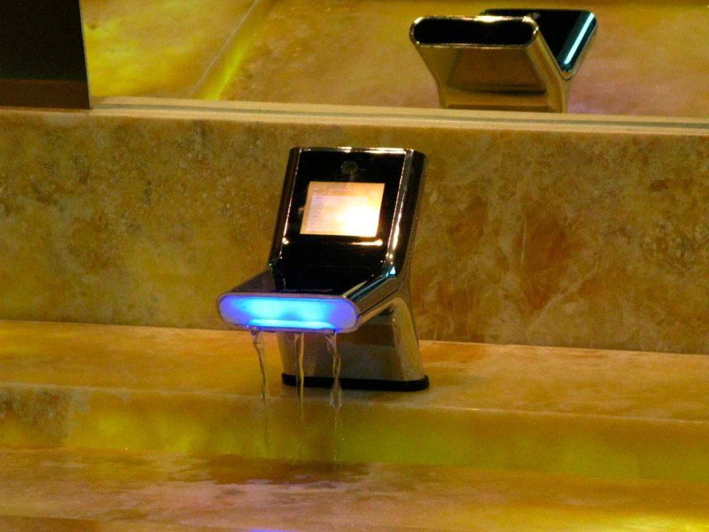 Умный смеситель с подсветкой и экраном