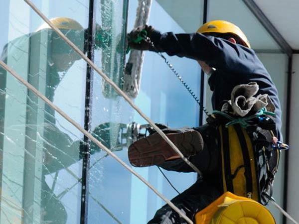 Альпинист моет окна