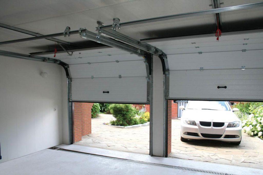 Секционные ворота у гаража